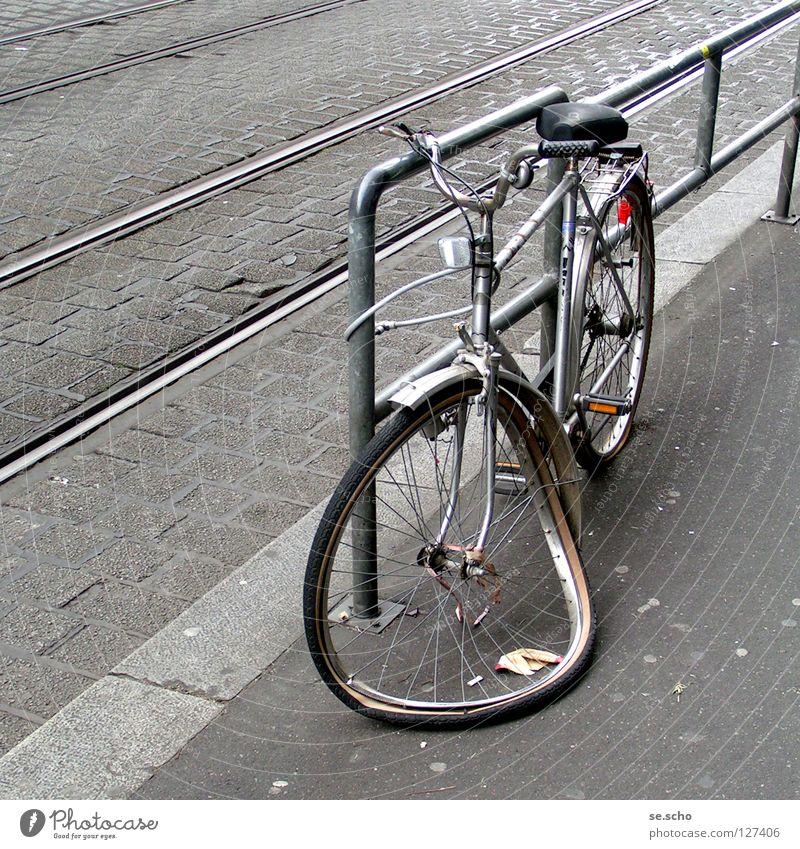 """schrottreif Fahrrad Panne Schrott Unfall Straßenbahn Gleise kaputt grau Sicherheit Extremsport Ende """"""""Game over!"""""""""""