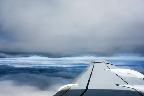 Zwischenwelten Himmel Ferien & Urlaub & Reisen blau Wolken Ferne dunkel fliegen Lifestyle oben Horizont Wetter Tourismus Luft Luftverkehr hoch Klima
