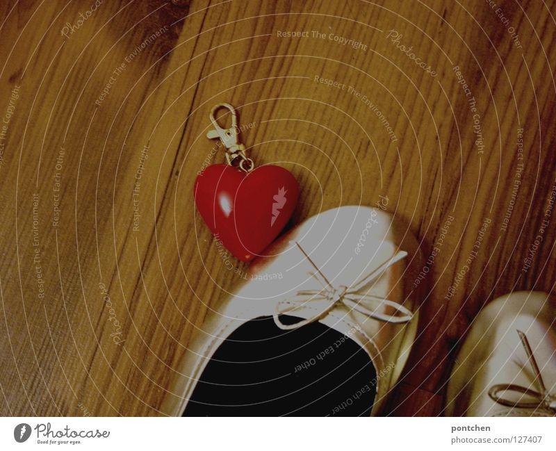 Ich leg dir mein Herz zu Füßen rot Schuhe Herz gold Kitsch Schleife finden Anschnitt Klischee Damenschuhe Schlüsselanhänger Laminat Schuhpaar