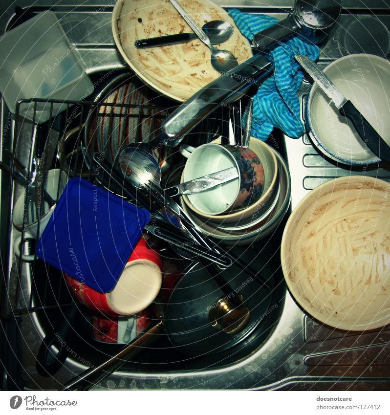 Would you, please? Geschirr Teller Schalen & Schüsseln Topf Tasse Glas Besteck Messer Gabel Löffel Küche dreckig Geschirrspülen unordentlich Haushalt