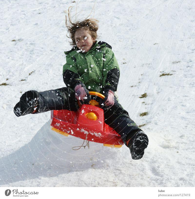Bobjump Kind Freude Mädchen Winter Schnee springen Aktion verrückt Abheben Wintersport Schlitten lenken gewagt Schanze enthemmt