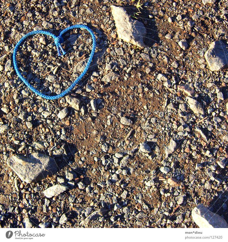 love is everywhere Herz Liebe Stein Torf Heiratsantrag Kieselsteine blau Schuhbänder Schatten Wege & Pfade Boden Valentinstag Mineralien i love you