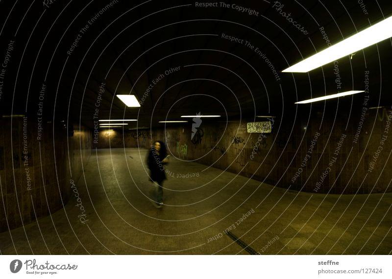 NACHTSCHWÄRMER Frau Stadt Einsamkeit dunkel Lampe Feste & Feiern Tanzen Angst gefährlich Club U-Bahn Tunnel Bahnhof Flucht Panik unheimlich