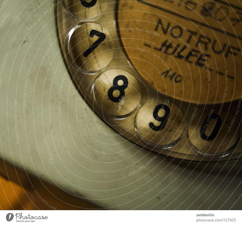Ruf. Mich. An. Telefon Wählscheibe Notruf Ziffern & Zahlen 110 besetzen retro Kommunizieren wählen wähler 7890 graue post