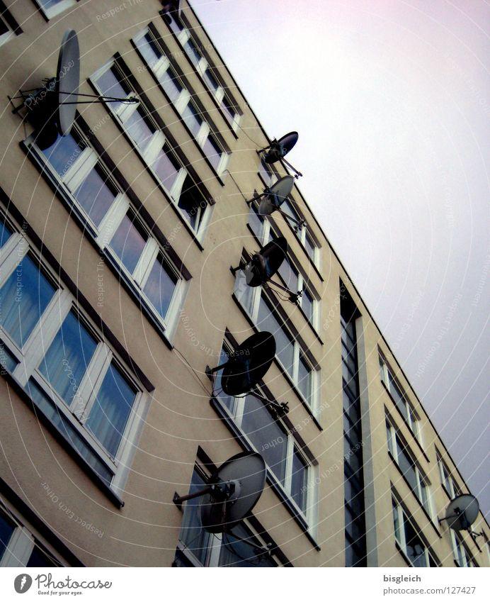Lauschangriff Haus Berlin Fenster Kommunizieren Fernsehen Telekommunikation Medien Antenne Satellit Satellitenantenne Informationsgesellschaft