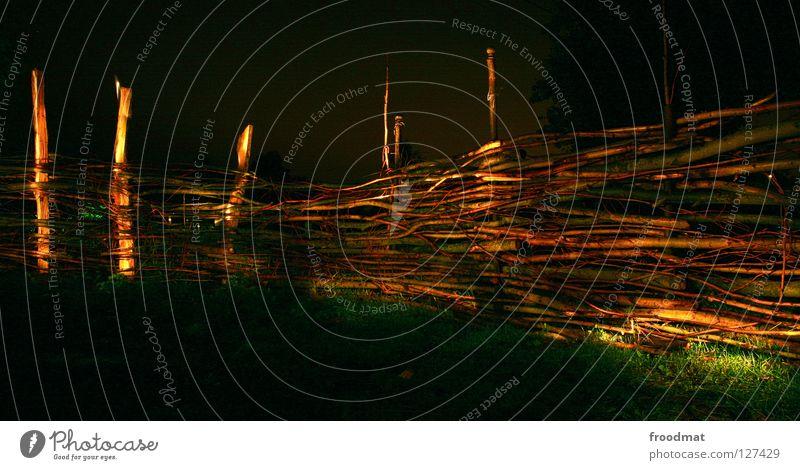 II==== Schichtarbeit Langzeitbelichtung Cottbus Deutschland Gras Wiese Nacht dunkel Taschenlampe erleuchten Zaun Holz Stock Grenze Sicherheit Licht Schatten