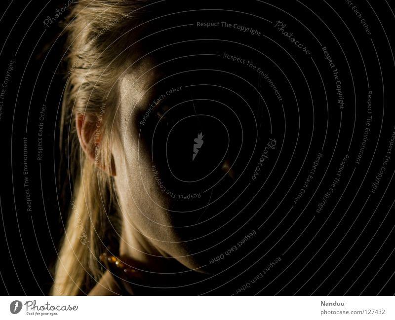 Halbdunkel Frau Mensch Gesicht Kopf Ohr beobachten Vertrauen einzigartig geheimnisvoll hören verstecken Publikum Gesellschaft (Soziologie) anonym Hälfte