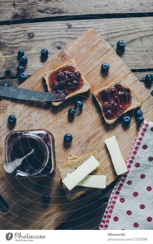 Toastbrot mit wilder Erdbeermarmelade. blau Sommer schwarz Holz Lebensmittel Frucht frisch Ernährung Tisch retro Küche lecker Frühstück Beeren