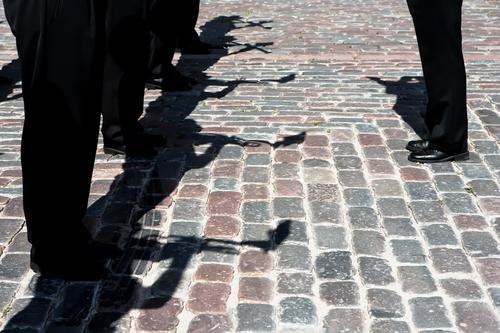Schatten von Musikern in schwarzen Hosen mit Rohren Mensch Mann weiß dunkel Erwachsene Straße Architektur Spielen Erde Band Kuba Konsistenz Jazz