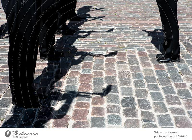 Schatten von Musikern in schwarzen Hosen mit Rohren Spielen Mensch Mann Erwachsene Band Erde Architektur Straße dunkel weiß Jazz Trompete Kuba urban Instrument
