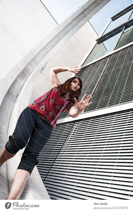 in da loop Stil Tanzen Junge Frau Jugendliche 1 Mensch 18-30 Jahre Erwachsene Architektur Tänzer Berlin Hochhaus Gebäude Fassade Fenster Mode brünett langhaarig