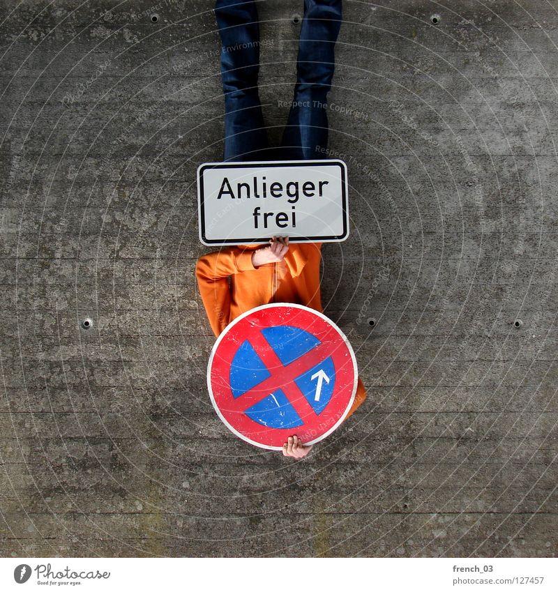nur für Anlieger Mensch blau Hand weiß schön rot Wand Freiheit grau Mauer Beine Linie orange Deutschland Arme warten