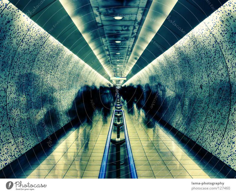 flüchtig. Mensch Tunnel Architektur Wege & Pfade Linie rennen Bewegung gehen laufen Angst Symmetrie Zeit Zukunft Zeitreise London Underground fremd flüchten