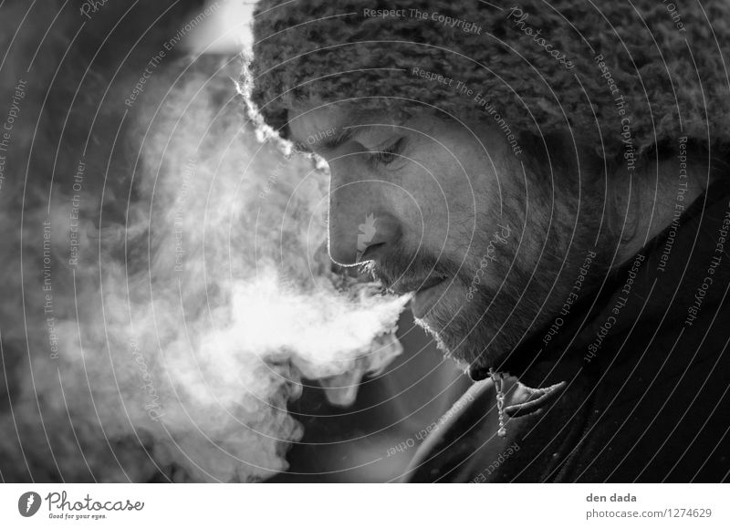 smoking dude maskulin Junger Mann Jugendliche Kopf 1 Mensch 30-45 Jahre Erwachsene Vollbart atmen beobachten Denken Blick träumen warten authentisch Laster
