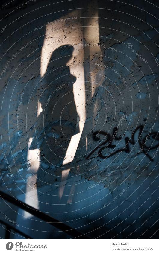 slim shady feminin Junge Frau Jugendliche 1 Mensch 18-30 Jahre Erwachsene Kunst Tänzer Stadt Fabrik Ruine Tunnel Mauer Wand Stein Beton Graffiti entdecken