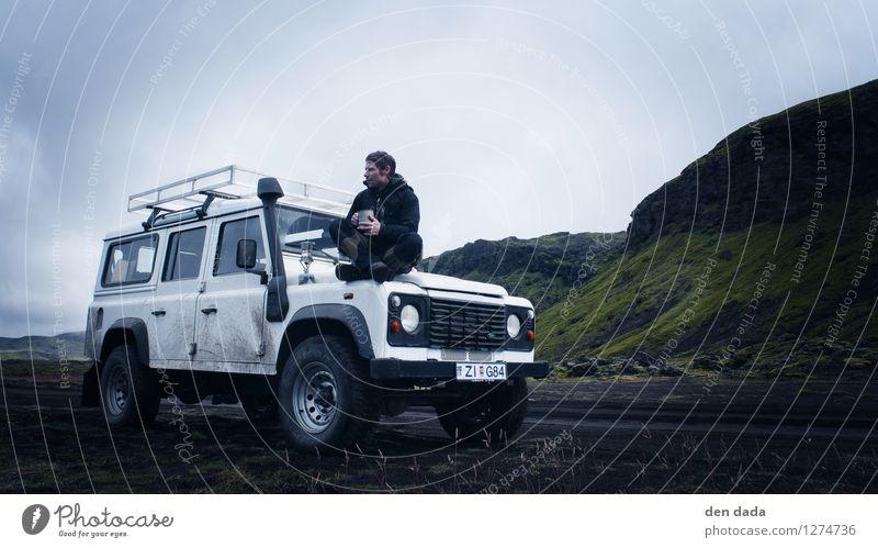 Kaffeepause Island Mensch Jugendliche Einsamkeit Landschaft Junger Mann Wolken Wege & Pfade Freiheit Felsen Nebel Erde sitzen genießen Abenteuer Pause Hügel