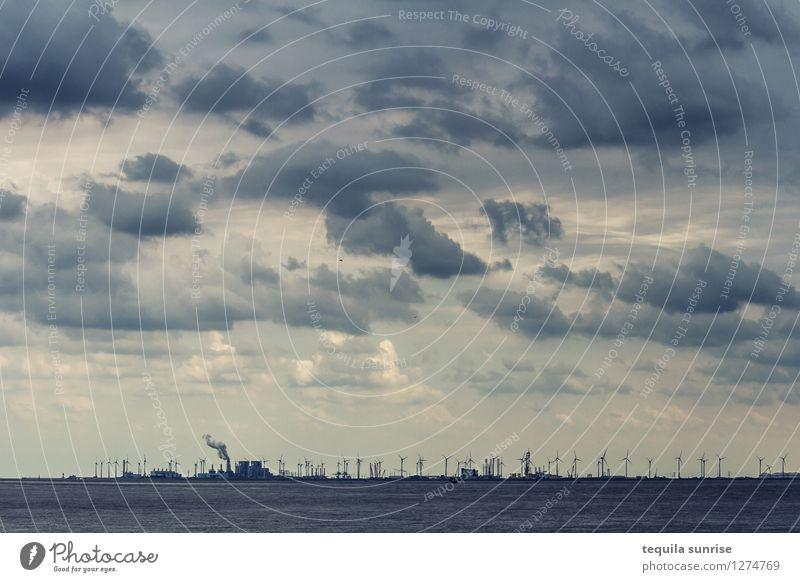 Der Himmel über Eemshaven Energiewirtschaft Erneuerbare Energie Windkraftanlage Urelemente Luft Wasser Wolken Gewitterwolken Küste Nordsee Niederlande