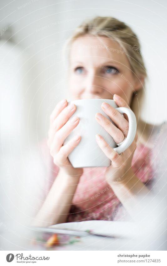 Tee mit Bokeh 2 nachdenklich Schwache Tiefenschärfe trinken Frühstück Innenaufnahme blond Frau 1 Mensch Tasse Wohnzimmer hell festhalten Kaffee Kaffeetasse