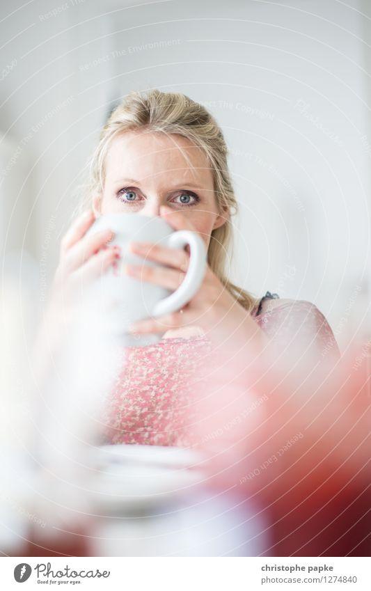 Tee mit Bokeh 3 nachdenklich Schwache Tiefenschärfe trinken Frühstück Innenaufnahme blond Frau 1 Mensch Tasse Wohnzimmer hell festhalten Kaffee Kaffeetasse