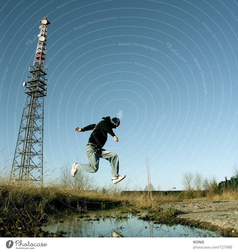 durch die luft gehen springen Himmel Wolken Froschperspektive Applaus groß lang Funktechnik Antenne Einsamkeit Mann Herr himmelblau Ödland Wiese Halm steil