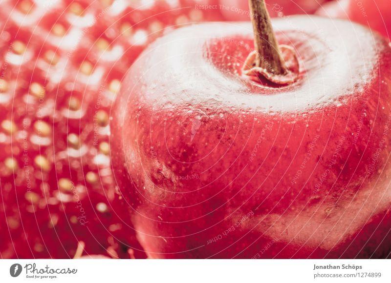 Erdbeere meets Kirsche Erdbeeren Lebensmittel Ernährung Gesunde Ernährung Speise Essen Foodfotografie Frühstück Bioprodukte Vegetarische Ernährung ästhetisch