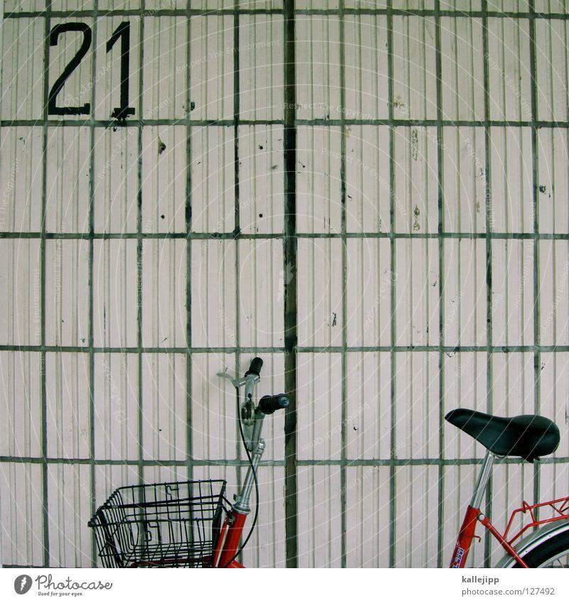 § 21 StGB verminderte schuldfähigkeit Fahrrad Oldtimer Rad Hinterhof Gitter Einfahrt Abstellplatz Billig ökologisch Klimaschutz Gummi Silhouette Ständer Mauer