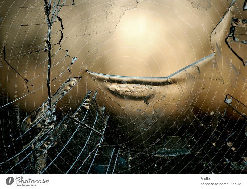 broken Fenster Glas Trauer Ecke kaputt verfallen Kunststoff Statue Loch obskur gebrochen Verzweiflung durchsichtig Riss Fensterscheibe geschnitten