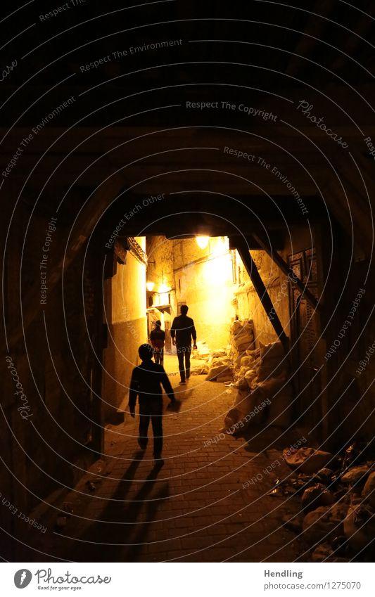 Fés bei Dunkelheit Mensch Kind Jugendliche Mann Stadt 18-30 Jahre Erwachsene Junge Stimmung maskulin Kindheit laufen Bauwerk Suche Afrika Gasse