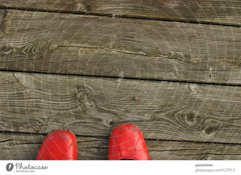 Trip Trap Frau rot Sommer Erwachsene Holz Wärme Garten Schuhe elegant Design Bodenbelag stehen Bekleidung rund retro einzigartig