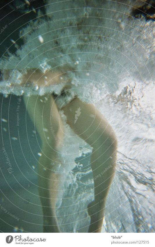 blubber 2 Freude Beine Schwimmbad Unterwasseraufnahme Luftblase Wassersport Blubbern kopflos