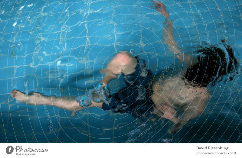 Steine in der Tasche Schwimmen & Baden tauchen Schwimmbad Wasseroberfläche Textfreiraum oben Textfreiraum links 1 Mensch einzeln Ganzkörperaufnahme Badehose