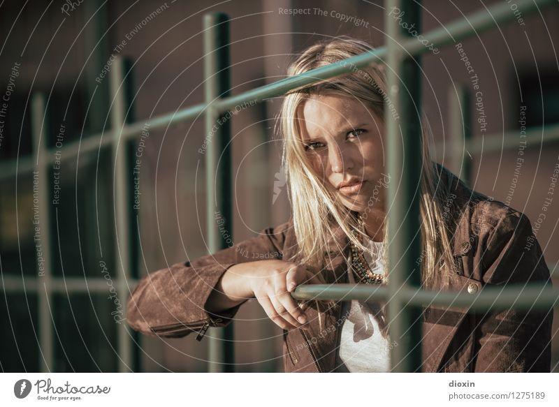Skepsis Mensch feminin Junge Frau Jugendliche Erwachsene Gesicht 1 18-30 Jahre Jacke Haare & Frisuren blond langhaarig schön einzigartig Misstrauen Neid Wut