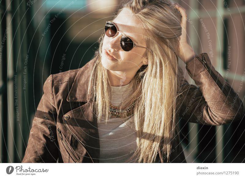 I see your hair is burnin´ Lifestyle Stil schön Haare & Frisuren Mensch feminin Junge Frau Jugendliche Erwachsene 1 18-30 Jahre Mode Bekleidung Jacke Leder