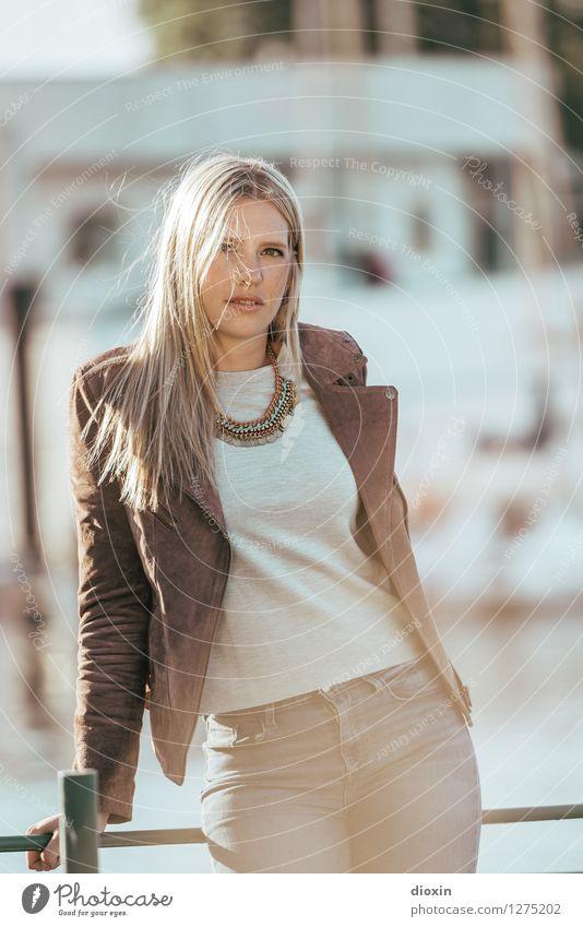 maretim Lifestyle elegant Stil Mensch feminin Junge Frau Jugendliche 1 18-30 Jahre Erwachsene Mode Bekleidung T-Shirt Hose Jacke Accessoire Schmuck Halskette