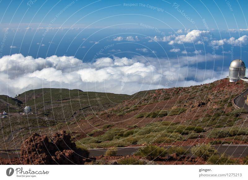 Himmel und Erde Umwelt Landschaft Urelemente Luft Wolken Sonnenlicht Frühling Klima Wetter Schönes Wetter Sträucher Felsen Berge u. Gebirge Gipfel blau braun