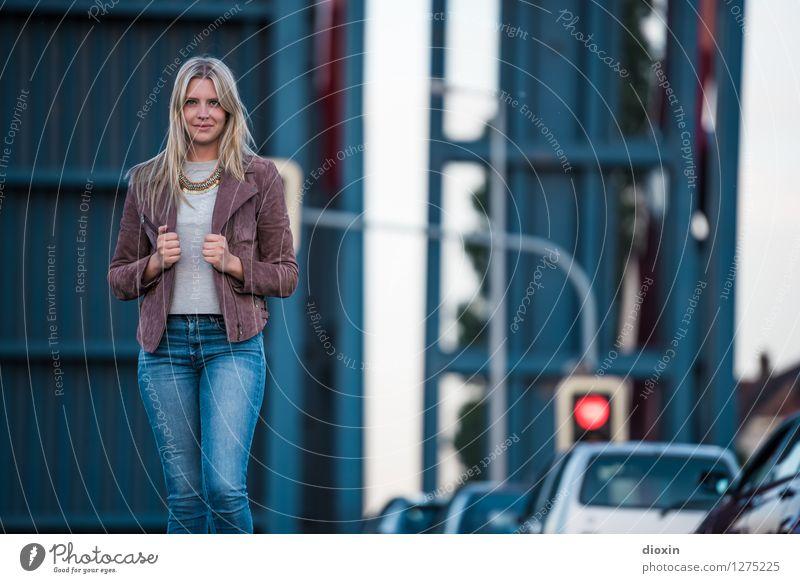You jump in front of my car Lifestyle Stil schön Mensch feminin Junge Frau Jugendliche Erwachsene 1 18-30 Jahre Mode Bekleidung Hose Jeanshose Jacke Coolness