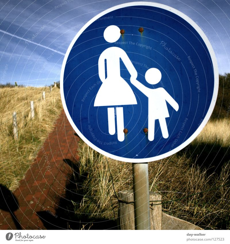 walking on sunshine Kind Natur Himmel Strand Wolken Eltern Gras Familie & Verwandtschaft Stein Wege & Pfade Landschaft Küste Schilder & Markierungen Insel Mutter rund