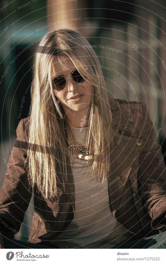 golden brown Mensch feminin Junge Frau Jugendliche Erwachsene 1 18-30 Jahre Jacke Accessoire Schmuck Sonnenbrille Halskette Haare & Frisuren blond langhaarig