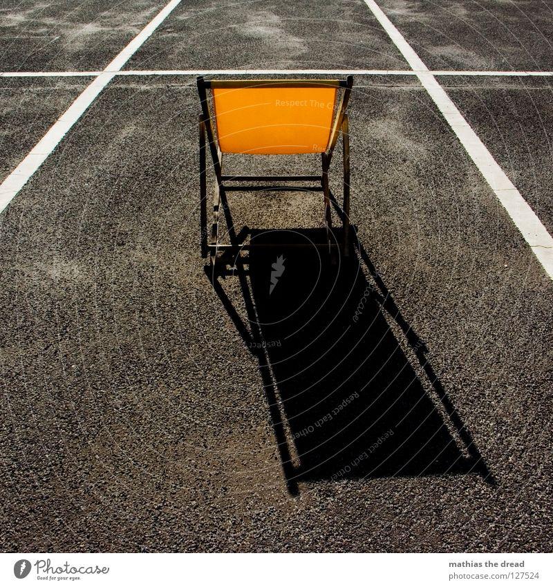 Eingeparkt Platz Strukturen & Formen Parkplatz Rechteck Streifen Asphalt Teer hart Pore schwarz Parkhaus Liegestuhl bequem Sommer Holz gelb Einsamkeit kalt