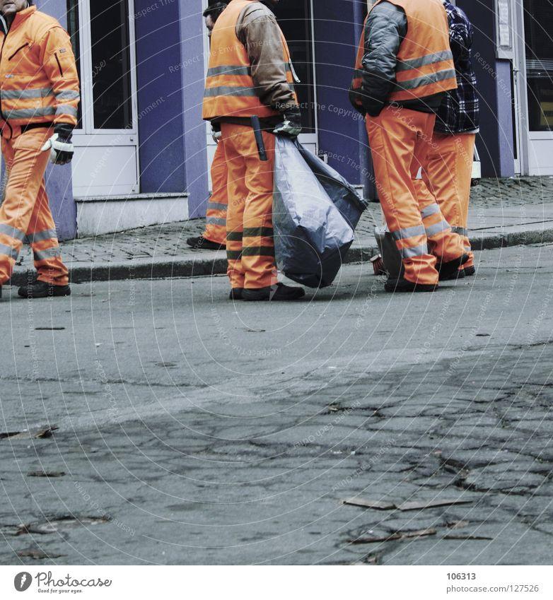 MÜLL GARBAGE TRASH LITTER ABFALL SILVESTER AUFRÄUMEN Mann Stadt Ferne Straße sprechen orange Arbeit & Erwerbstätigkeit dreckig warten maskulin Aktion stehen Bekleidung Pause festhalten Reinigen