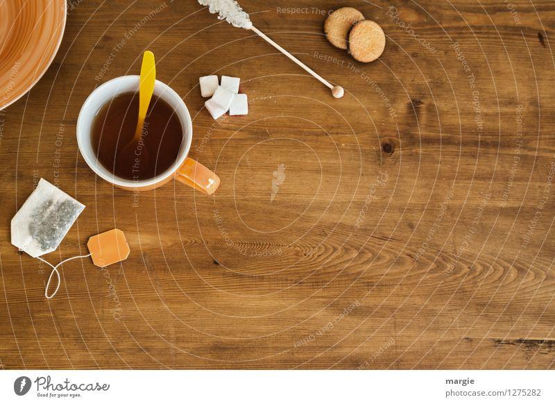 Tea- Time: eine Teetasse mit Teebeutel, Zucker und Plätzchen auf einem Holztisch Lebensmittel Teigwaren Backwaren Kuchen Dessert Süßwaren Ernährung Bioprodukte