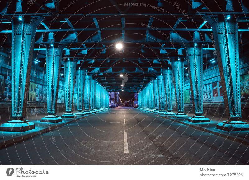 kalt | stahl Stadt Brücke Tunnel Architektur Verkehrswege Straßenverkehr blau türkis Stahl stahlblau Unterführung Mittelstreifen Beleuchtung Kunstlicht