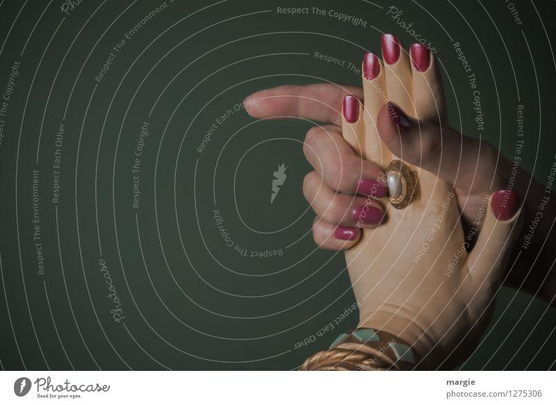 Kaltes Händchen: Eine Menschenhand und eine Puppenhand Nagellack Business feminin Hand Finger Mode Ring grün Sympathie Freundschaft Zusammensein Liebe