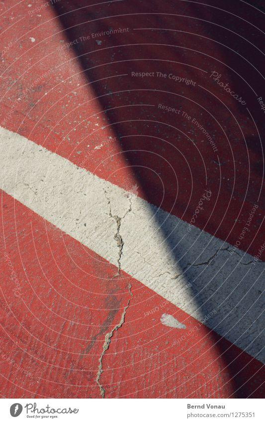 marke Verkehr Verkehrswege Fußgänger Straße Straßenkreuzung Schilder & Markierungen grau rot weiß Riss Grenze Boden Neigung Farbfoto Außenaufnahme Tag Licht