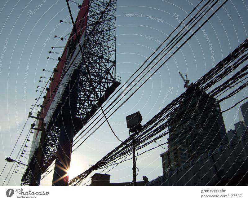 Werbeträger Sonne Gebäude groß Elektrizität Macht Kabel Baustelle Werbung Scheinwerfer Baugerüst Oberleitung gigantisch