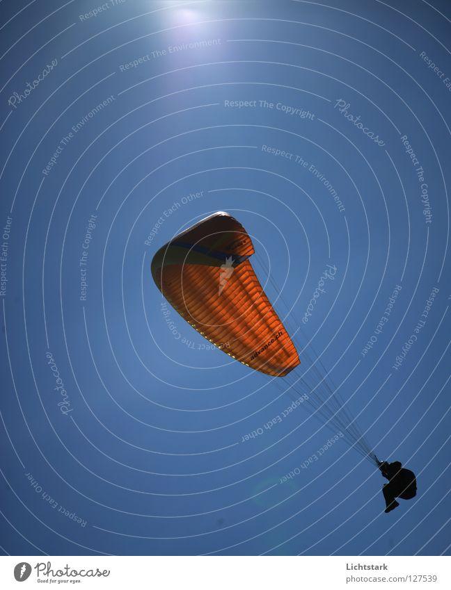 tanze mit mir Himmel Sonne blau rot Freude Farbe Sport Spielen Freiheit Wärme Luft Zufriedenheit Wind fliegen Beginn Tourismus