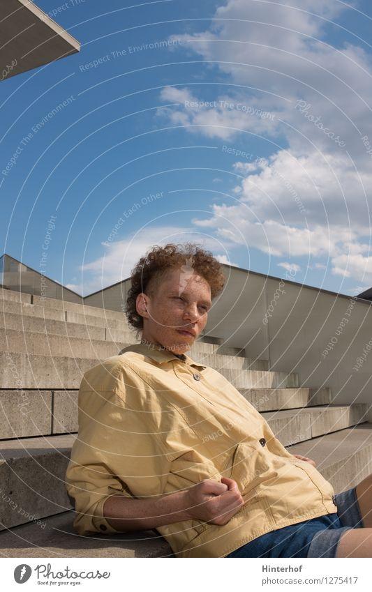 Nachdenkliche Junge Frau auf der Treppe - Portrait Mensch Jugendliche blau Sommer Erholung ruhig 18-30 Jahre Erwachsene Architektur feminin Lifestyle Stadtleben