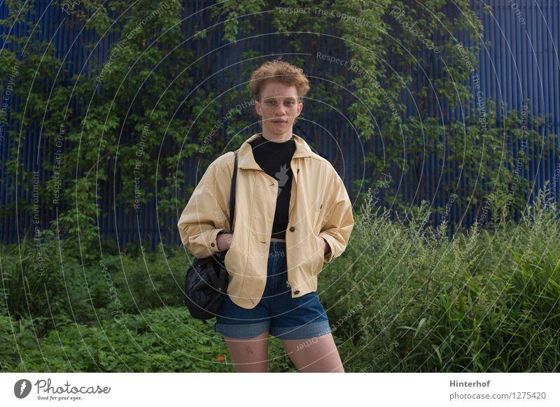 Junge Frau vor grünen Pflanzen Lifestyle Stil Mensch feminin androgyn Leben 1 18-30 Jahre Jugendliche Erwachsene 30-45 Jahre Jugendkultur Subkultur Gras Garten
