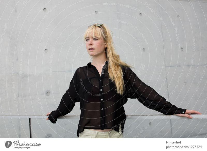 Junge blonde Frau und grauer Hintergrund Mensch Jugendliche Stadt Junge Frau Erholung ruhig 18-30 Jahre Erwachsene Wand feminin Stil Mauer Lifestyle