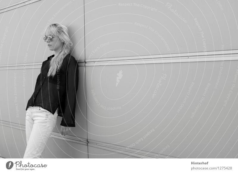 Warten Lifestyle Stil schön Mensch feminin Junge Frau Jugendliche 1 18-30 Jahre Erwachsene Jugendkultur Subkultur Stadt Architektur Brille stehen warten modern